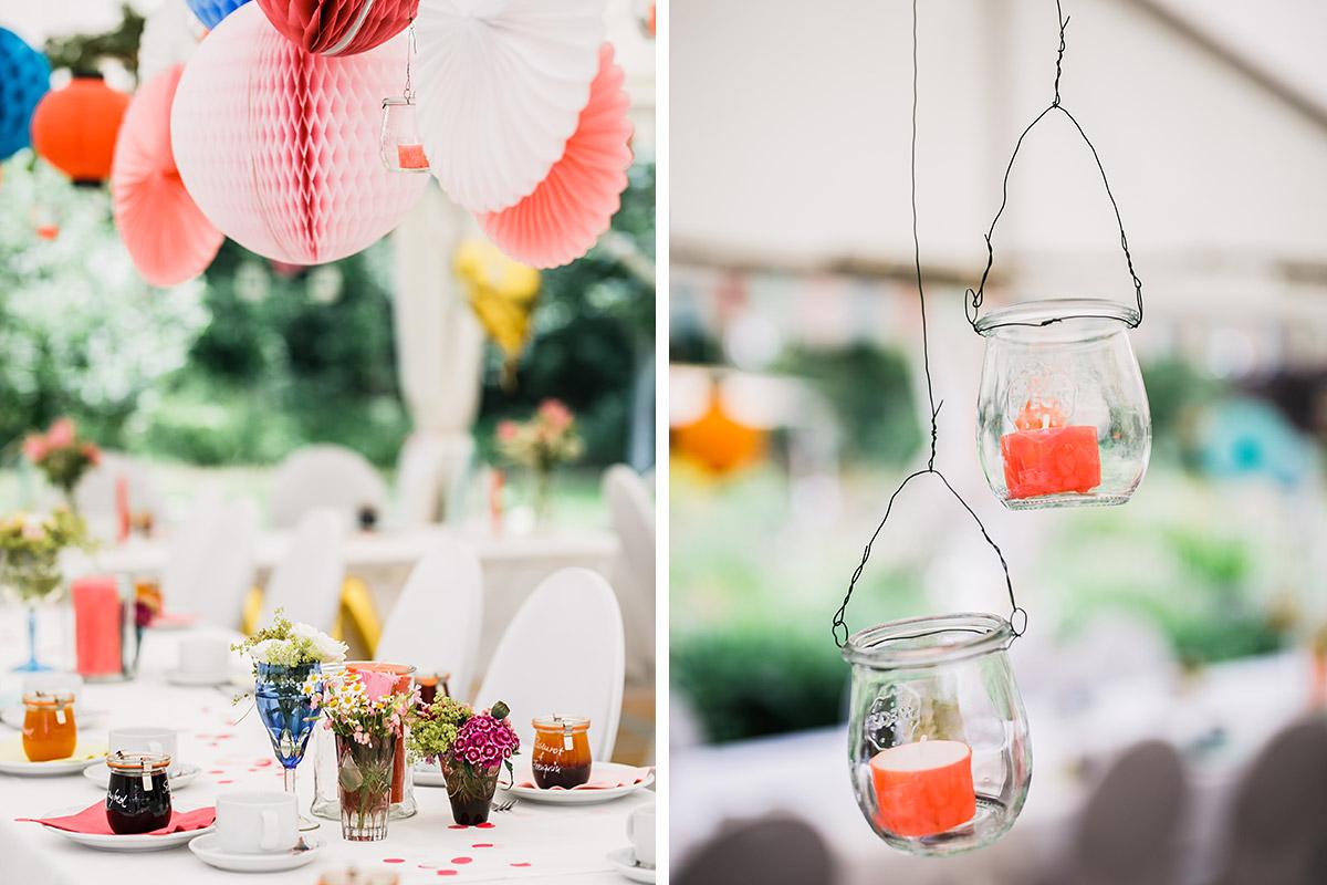 Detailfotos Dekoration in Pastelltönen und Blau mit Papierpompoms und Windlichtern aus Marmeladengläsern - DIY Gartenhochzeit Spreewald Hochzeitsfotograf © www.hochzeitslicht.de