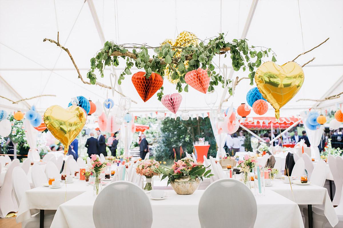 Hochzeitsfoto von geschmücktem Festzelt - DIY Gartenhochzeit Spreewald Hochzeitsfotograf © www.hochzeitslicht.de