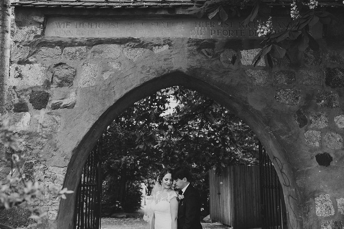 Brautpaarfoto vor Alter Dorfkirche Tempelhof - Berlin Hochzeitsfotograf © www.hochzeitslicht.de