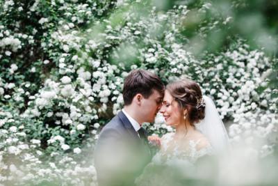 romantisches Brautpaarfoto bei Frühlingshochzeit - Berlin Hochzeitsfotograf © www.hochzeitslicht.de