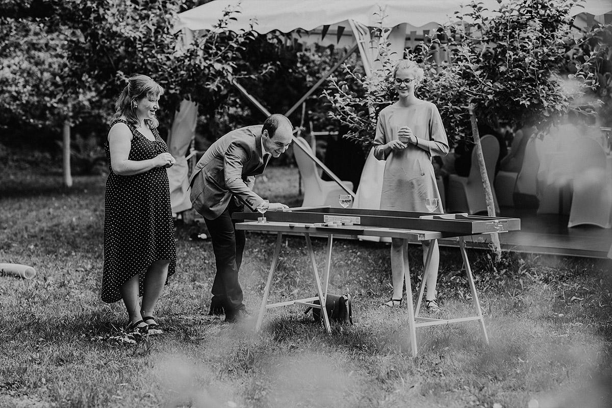 Spiele für Gäste bei entspannter DIY Gartenhochzeit Spreewald Hochzeitsfotograf © www.hochzeitslicht.de