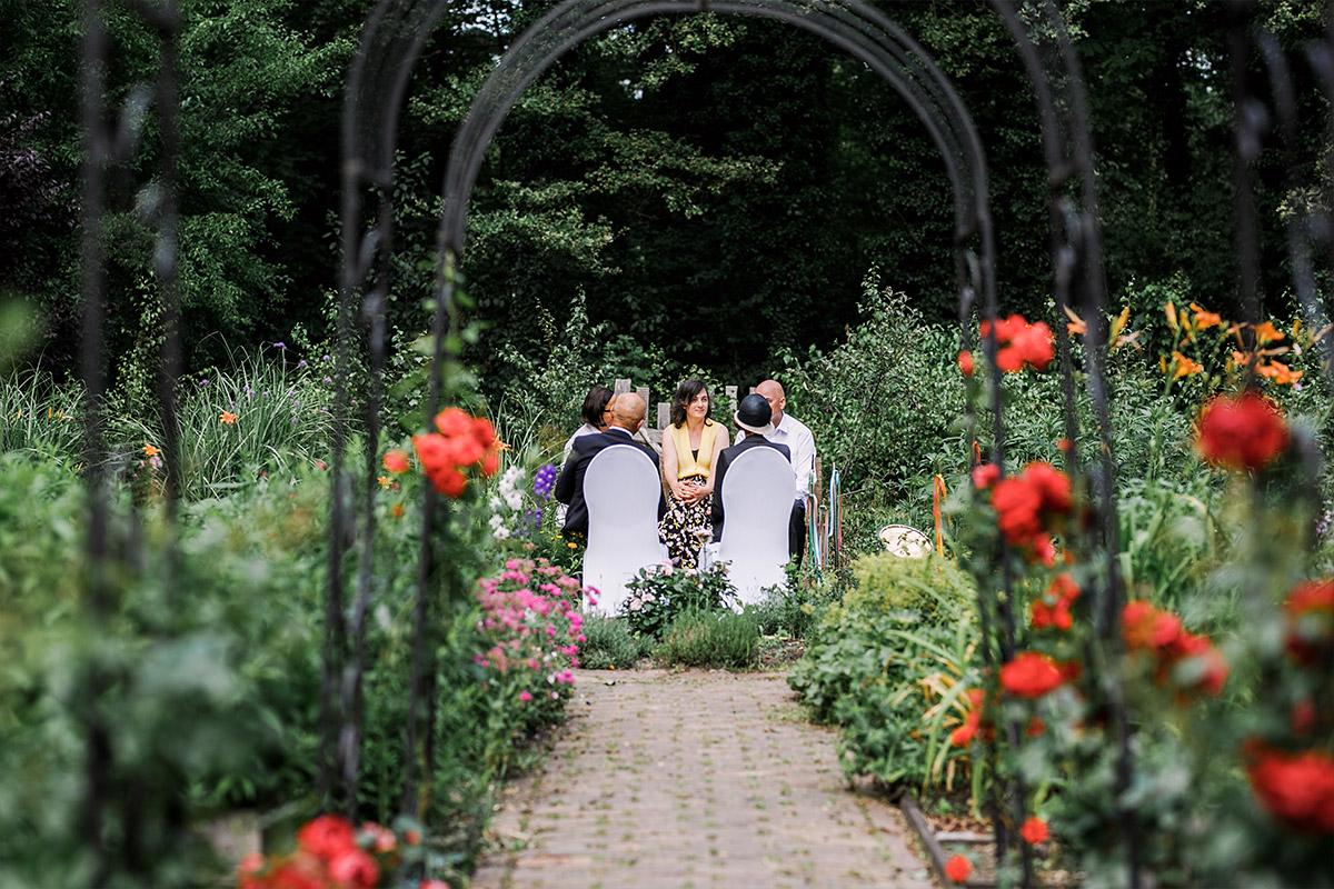 authentisches Foto bei Gartenhochzeit - DIY Gartenhochzeit Spreewald Hochzeitsfotograf © www.hochzeitslicht.de