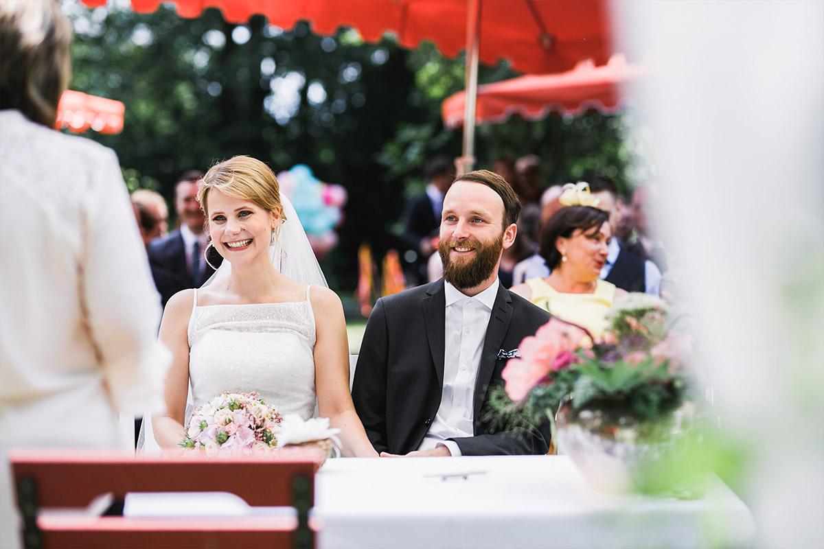 Hochzeitsfoto von Brautpaar bei Trauung - DIY Gartenhochzeit Spreewald Hochzeitsfotograf © www.hochzeitslicht.de