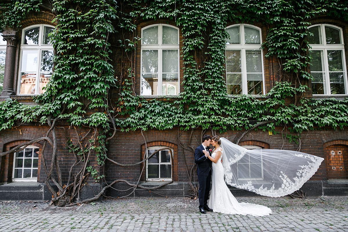 urbanes Hochzeitsfoto von Brautpaar - Berlin Hochzeitsfotograf © www.hochzeitslicht.de
