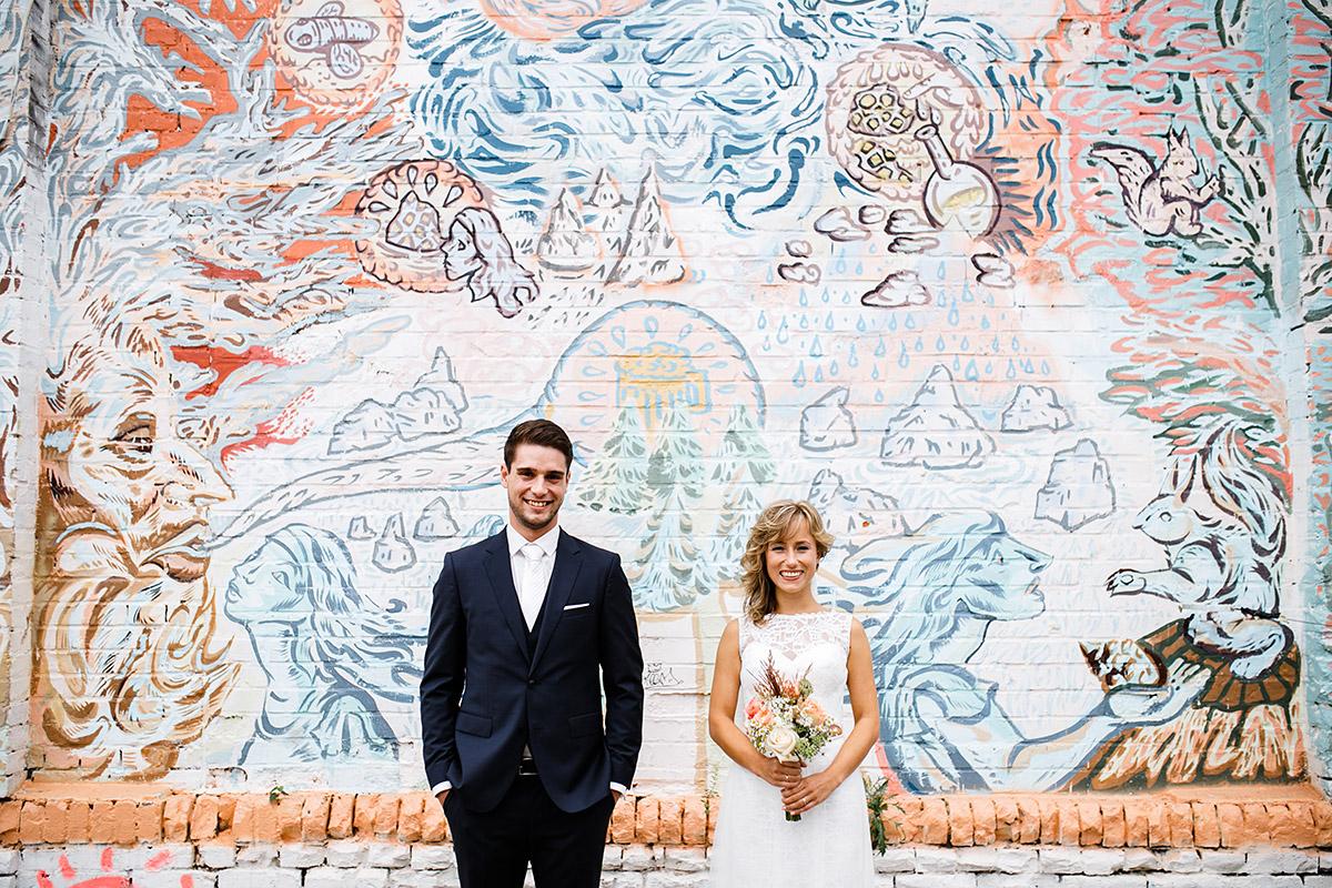 Brautpaarfoto vor Graffiti in Berlin - Berlin Friedrichshain Hochzeitsfotograf © www.hochzeitslicht.de