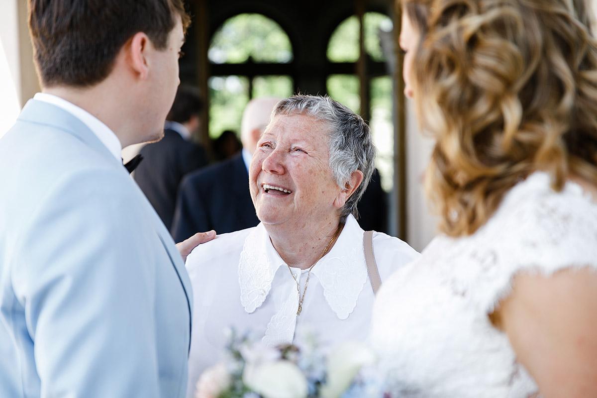 Gratulation der Gäste nach Trauung im Belvedere auf dem Pfingstberg - Berlin Hochzeitsfotograf © www.hochzeitslicht.de