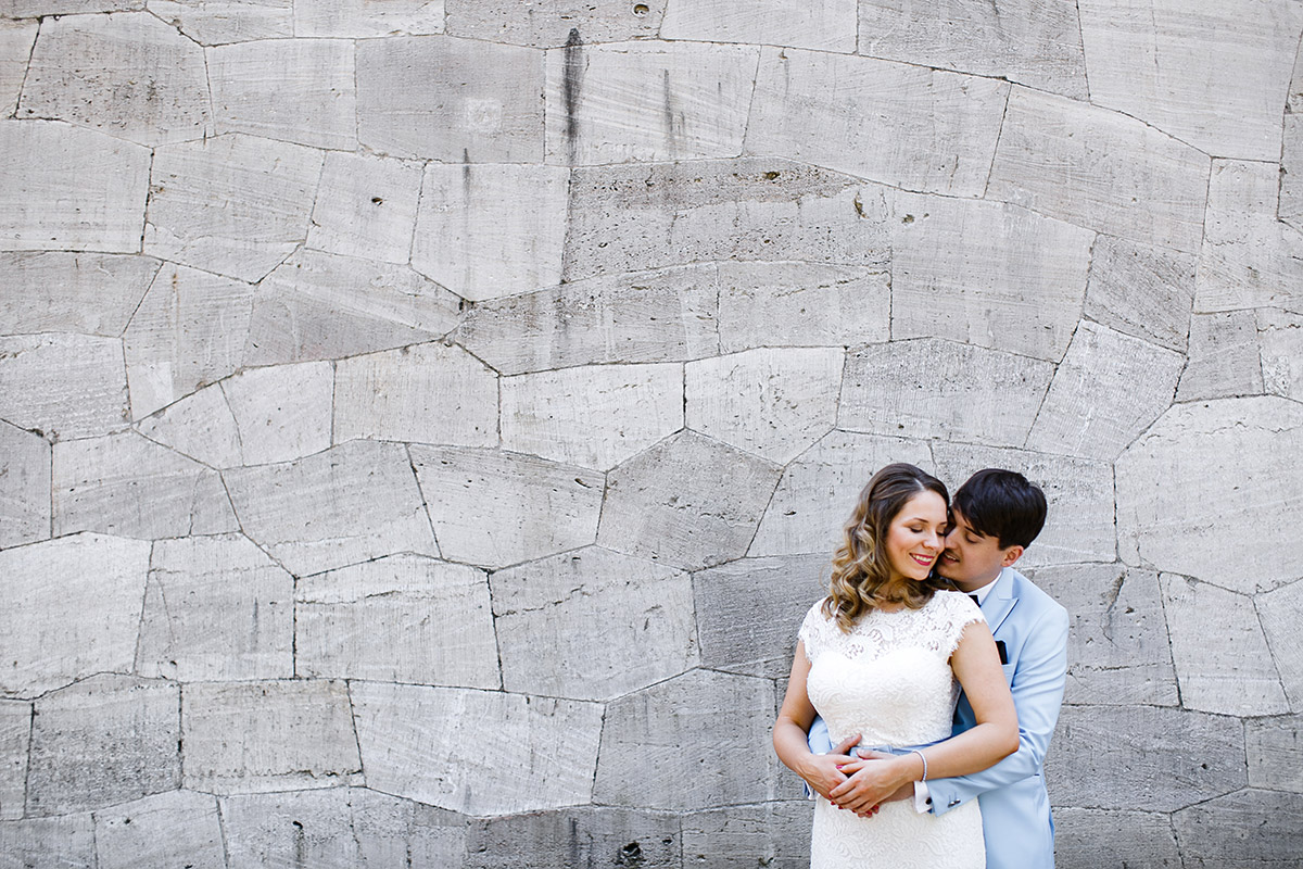 Brautpaarfoto vor interessanter Steinmauer - Berlin Hochzeitsfotograf © www.hochzeitslicht.de