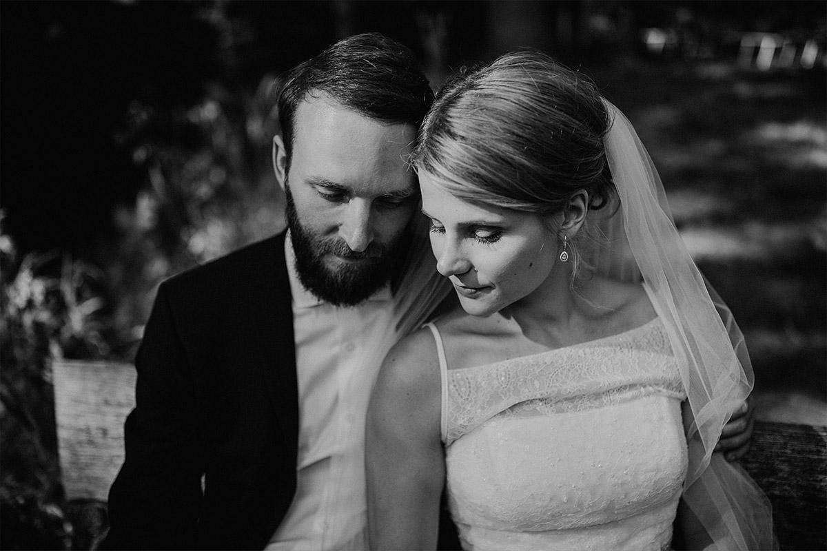 verträumtes Schwarz-Weiß Brautpaarfoto - DIY Gartenhochzeit Spreewald Hochzeitsfotograf © www.hochzeitslicht.de