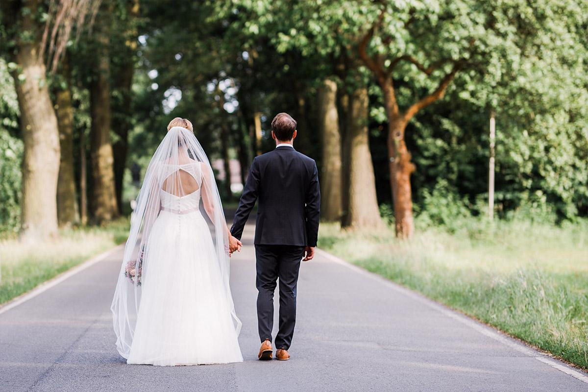 modernes Brautpaarfoto - DIY Gartenhochzeit Spreewald Hochzeitsfotograf © www.hochzeitslicht.de