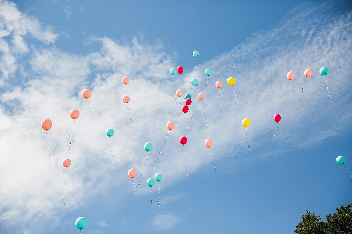 Hochzeitsfoto von bunten Luftballons - DIY Gartenhochzeit Spreewald Hochzeitsfotograf © www.hochzeitslicht.de
