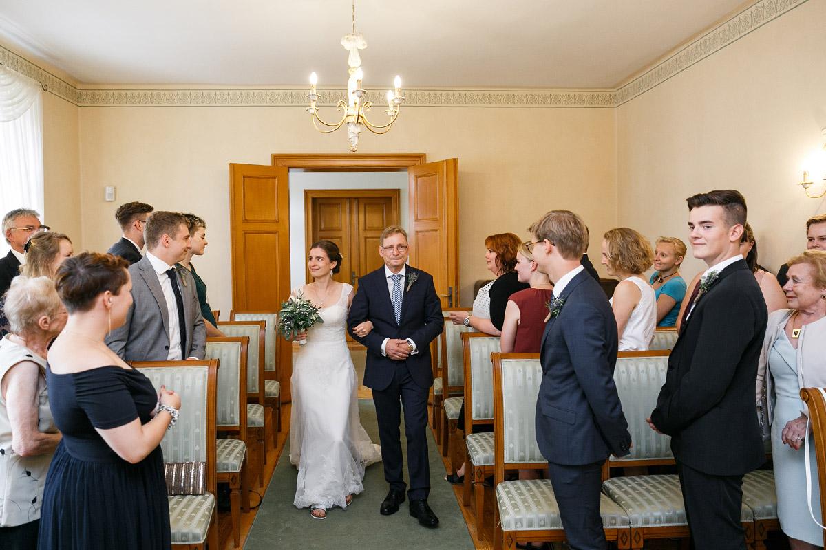 Einzug der Braut ins Standesamt Strausberg - Landhaus Garzau Märkische Schweiz Hochzeitsfotograf © www.hochzeitslicht.de
