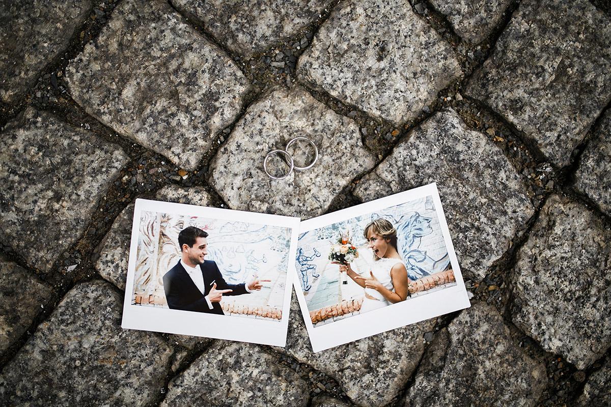 kreatives Hochzeitsfoto mit Polaroidfotos von Brautpaar und Eheringen - Berlin Friedrichshain Hochzeitsfotograf © www.hochzeitslicht.de