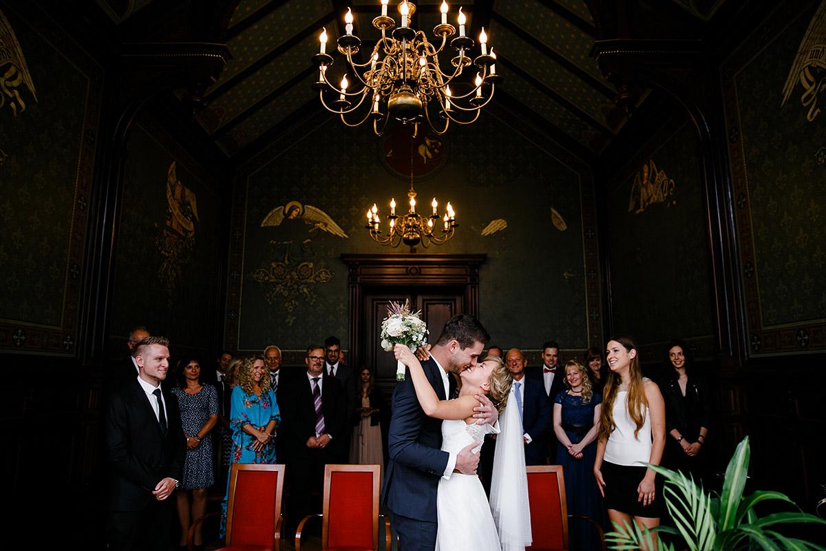 Hochzeitsfoto vom Kuss des Brautpaares bei standesamtlicher Trauung Standesamt Neukölln - Berlin Friedrichshain Hochzeitsfotograf © www.hochzeitslicht.de