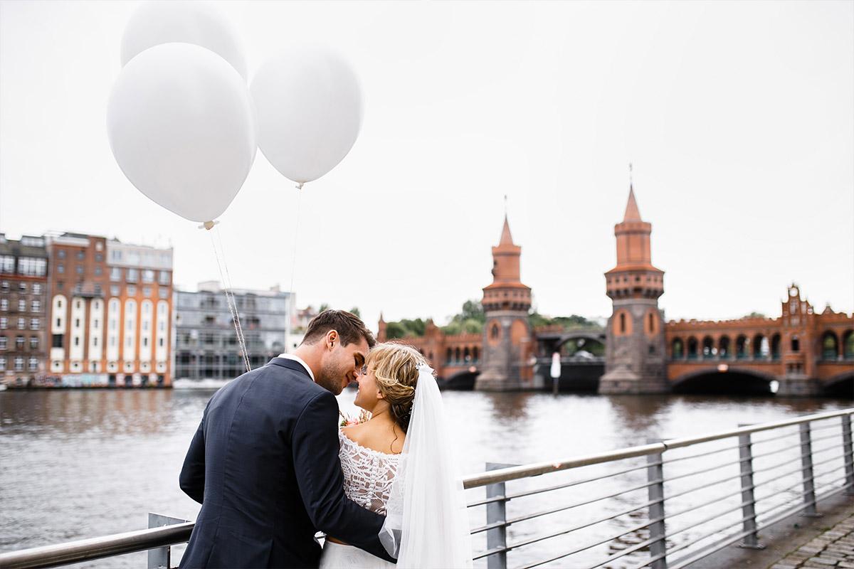 Brautpaarfoto an Oberbaumbrücke - Berlin Friedrichshain Hochzeitsfotograf © www.hochzeitslicht.de