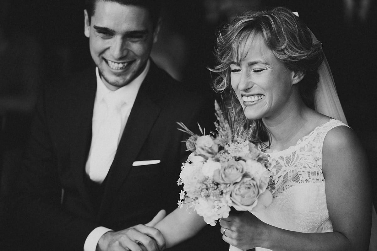 ungestelltes Hochzeitsfoto von Brautpaar bei Trauung - Berlin Friedrichshain Hochzeitsfotograf © www.hochzeitslicht.de