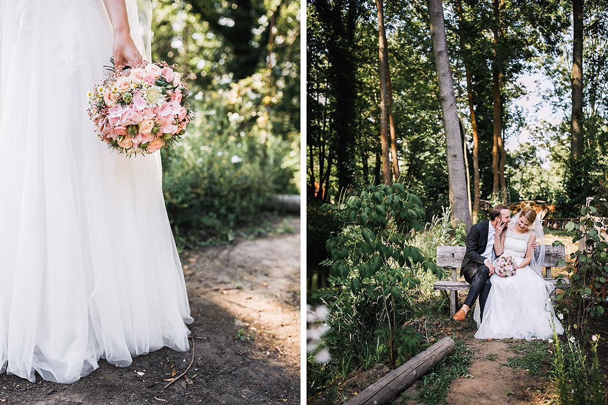 verspielte Brautpaarfotos im Grünen - DIY Gartenhochzeit Spreewald Hochzeitsfotograf © www.hochzeitslicht.de