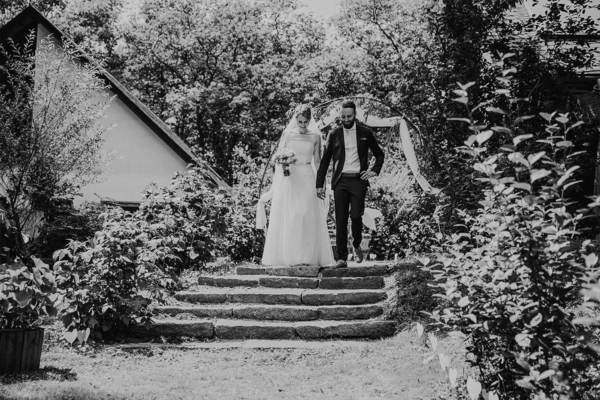 Hochzeitsfoto vom Einzug des Brautpaares - DIY Gartenhochzeit Spreewald Hochzeitsfotograf © www.hochzeitslicht.de