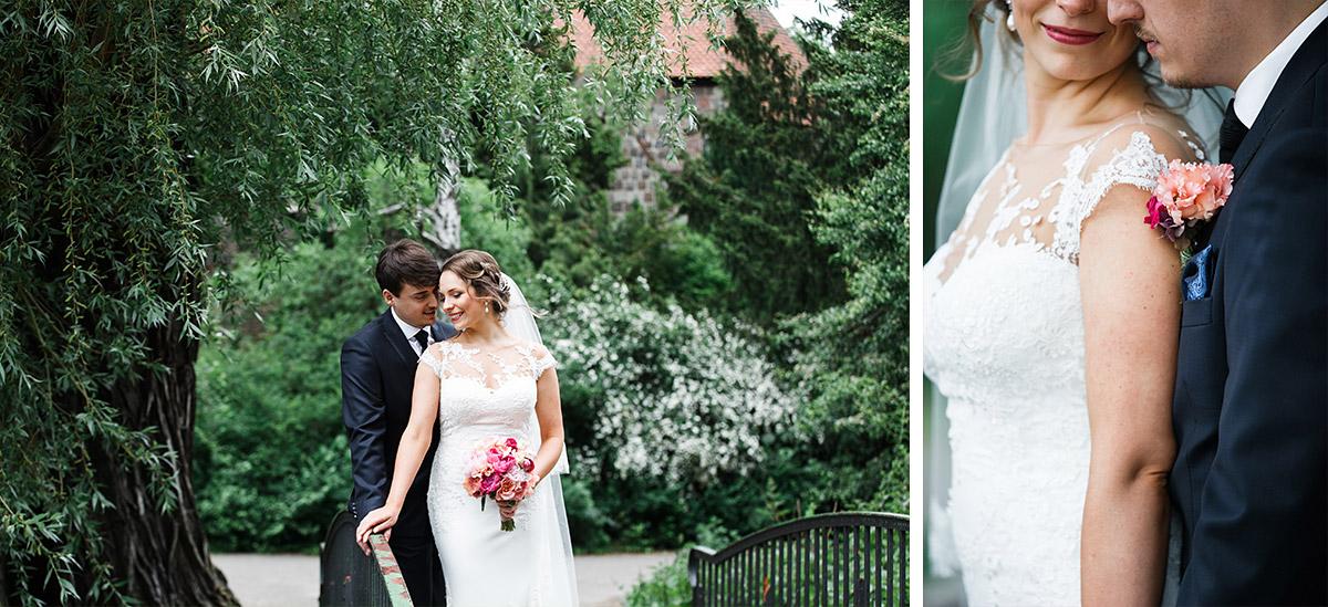 Hochzeitsfotografien von Brautpaar bei Alter Dorfkirche Tempelhof - Berlin Hochzeitsfotograf © www.hochzeitslicht.de
