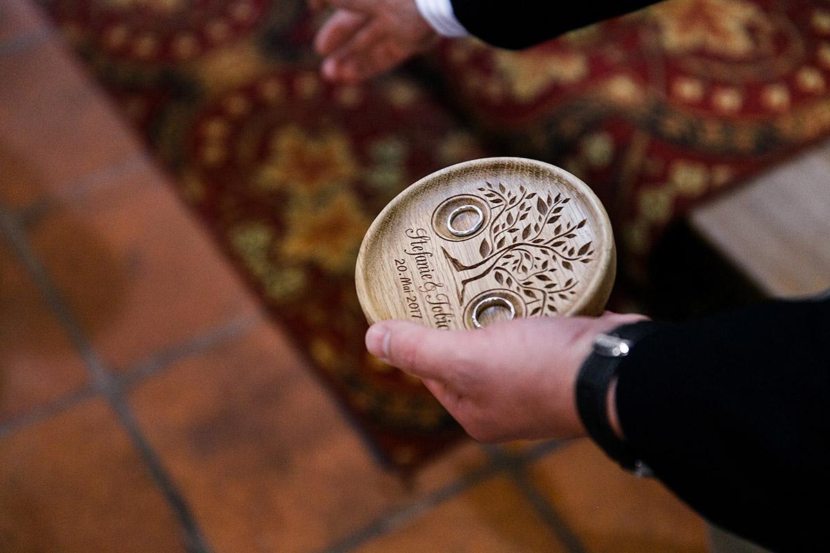 Detailfoto von Ringschale bei kirchlicher Trauung - Berlin Hochzeitsfotograf © www.hochzeitslicht.de