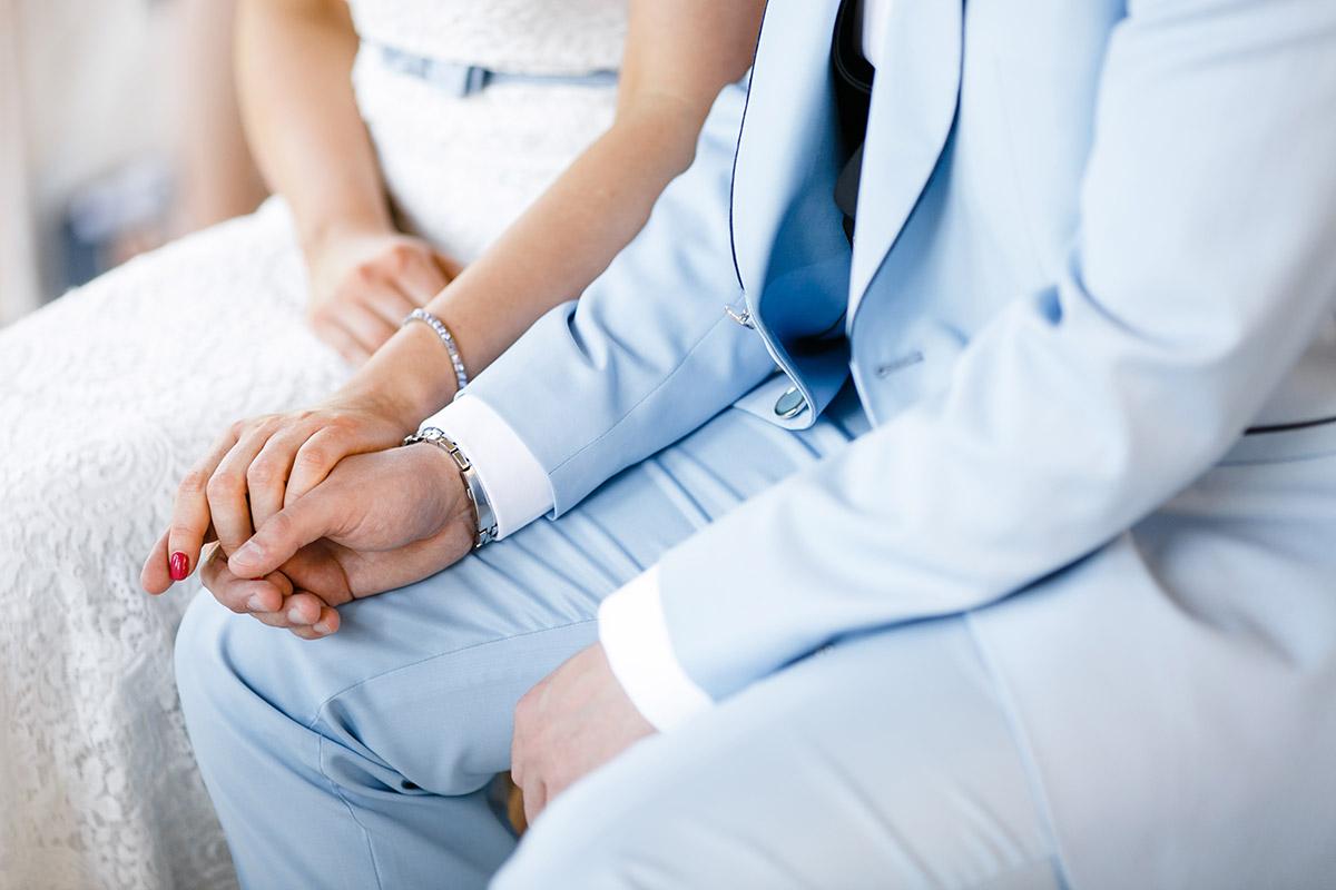 Detailfoto Hände Brautpaar bei Trauung Belvedere Pfingstberg - Berlin Hochzeitsfotograf © www.hochzeitslicht.de