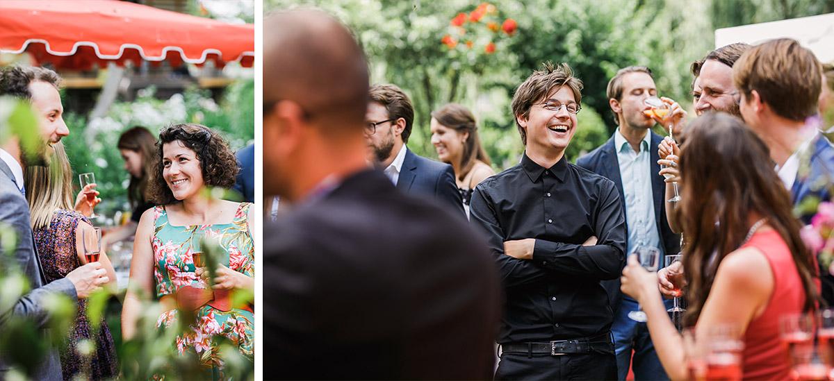 Hochzeitsreportagefotos Sektempfang - DIY Gartenhochzeit Spreewald Hochzeitsfotograf © www.hochzeitslicht.de