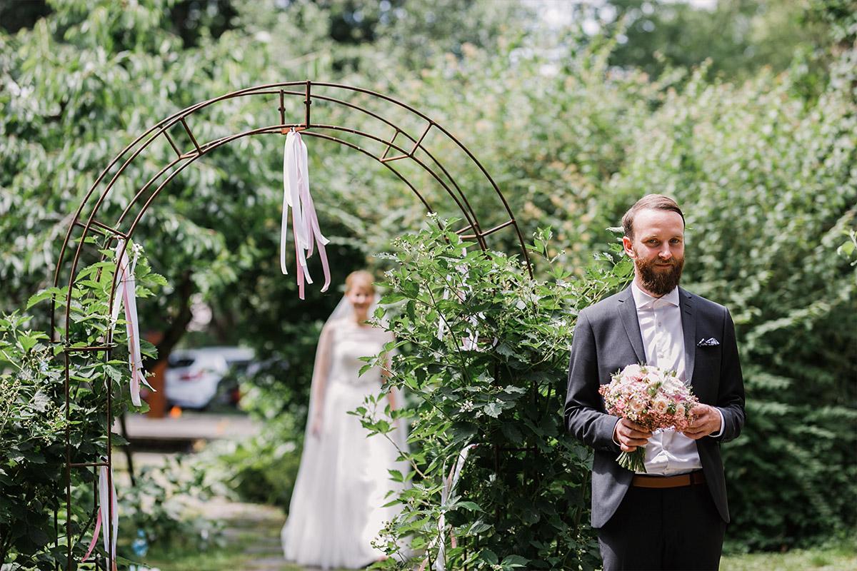 Hochzeitsreportagefoto von First Look - DIY Gartenhochzeit Spreewald Hochzeitsfotograf © www.hochzeitslicht.de