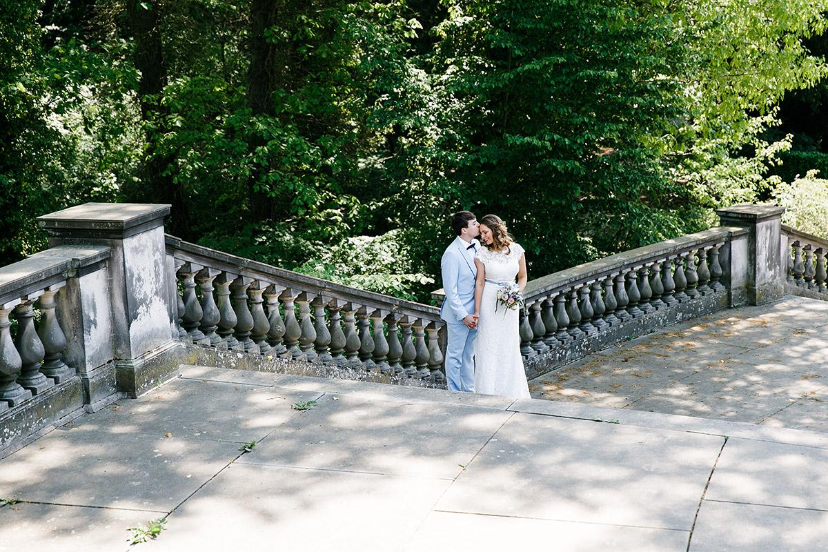 Brautpaarfoto auf Treppe - Berlin Hochzeitsfotograf © www.hochzeitslicht.de