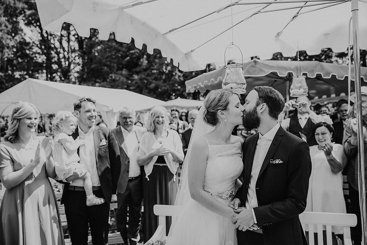 authentisches Hochzeitsfoto beim Ja-Wort - DIY Gartenhochzeit Spreewald Hochzeitsfotograf © www.hochzeitslicht.de