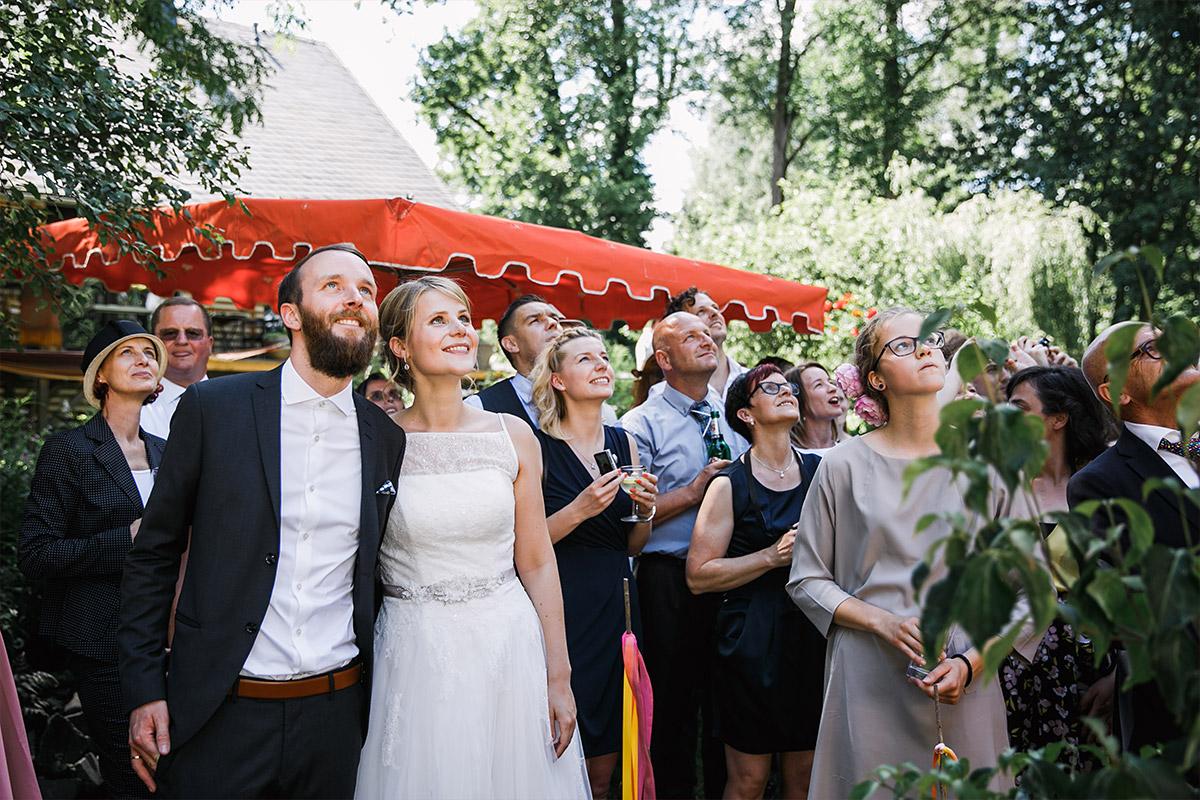 Gäste schauen Luftballons hinterher - DIY Gartenhochzeit Spreewald Hochzeitsfotograf © www.hochzeitslicht.de