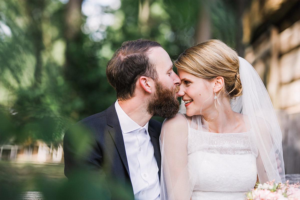 süßes Hochzeitsfoto von Brautpaar - DIY Gartenhochzeit Spreewald Hochzeitsfotograf © www.hochzeitslicht.de