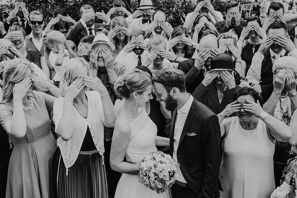 lustiges Gruppenfoto mit zugehaltenen Augen - DIY Gartenhochzeit Spreewald Hochzeitsfotograf © www.hochzeitslicht.de