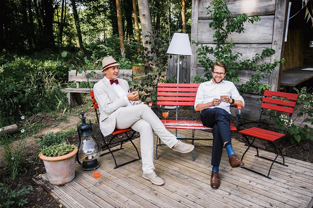 Hochzeitsfoto von Gästen bei entspannter DIY Gartenhochzeit Spreewald Hochzeitsfotograf © www.hochzeitslicht.de