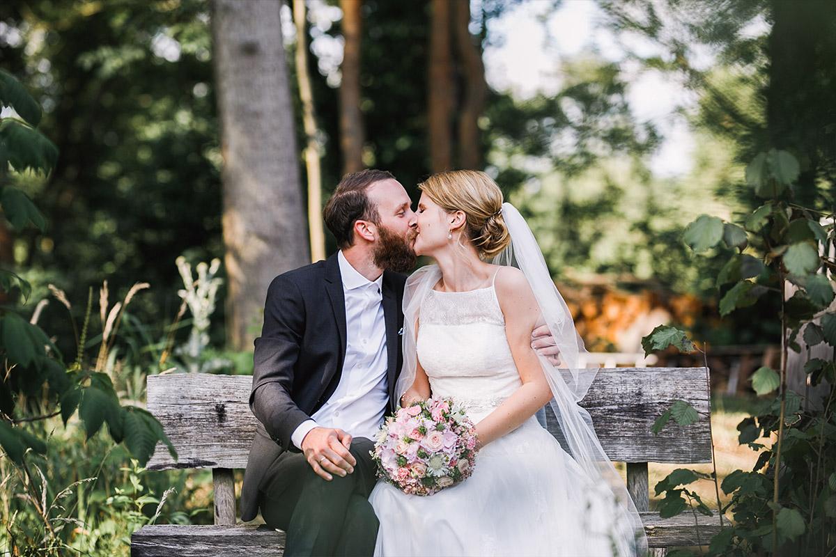 romantisches Brautpaarfoto im Grünen - DIY Gartenhochzeit Spreewald Hochzeitsfotograf © www.hochzeitslicht.de