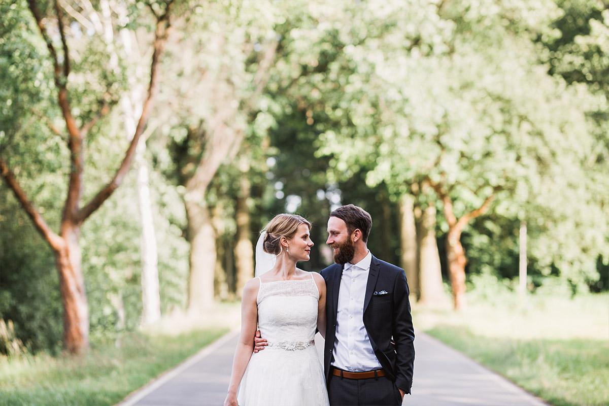 authentisches Hochzeitsfoto von Brautpaar - DIY Gartenhochzeit Spreewald Hochzeitsfotograf © www.hochzeitslicht.de
