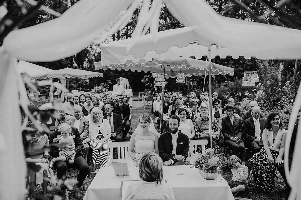 Hochzeitsfoto von Trauung im Garten - DIY Gartenhochzeit Spreewald Hochzeitsfotograf © www.hochzeitslicht.de
