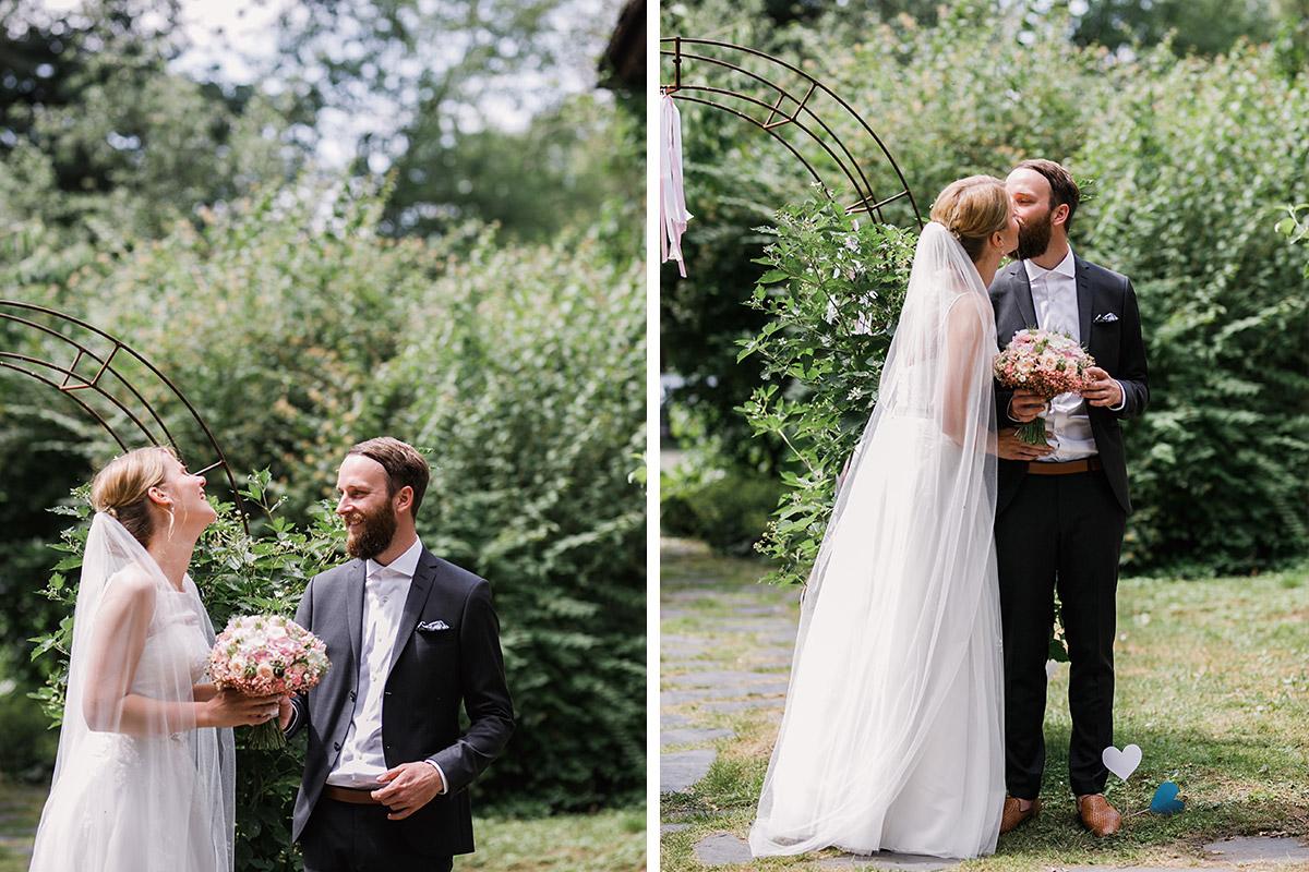 First Look von Brautpaar- DIY Gartenhochzeit Spreewald Hochzeitsfotograf © www.hochzeitslicht.de