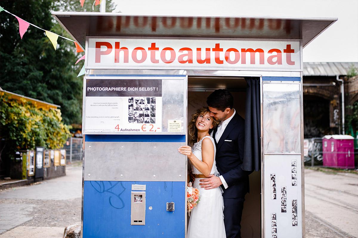 Brautpaarfoto in Photoautomat - Berlin Friedrichshain Hochzeitsfotograf © www.hochzeitslicht.de