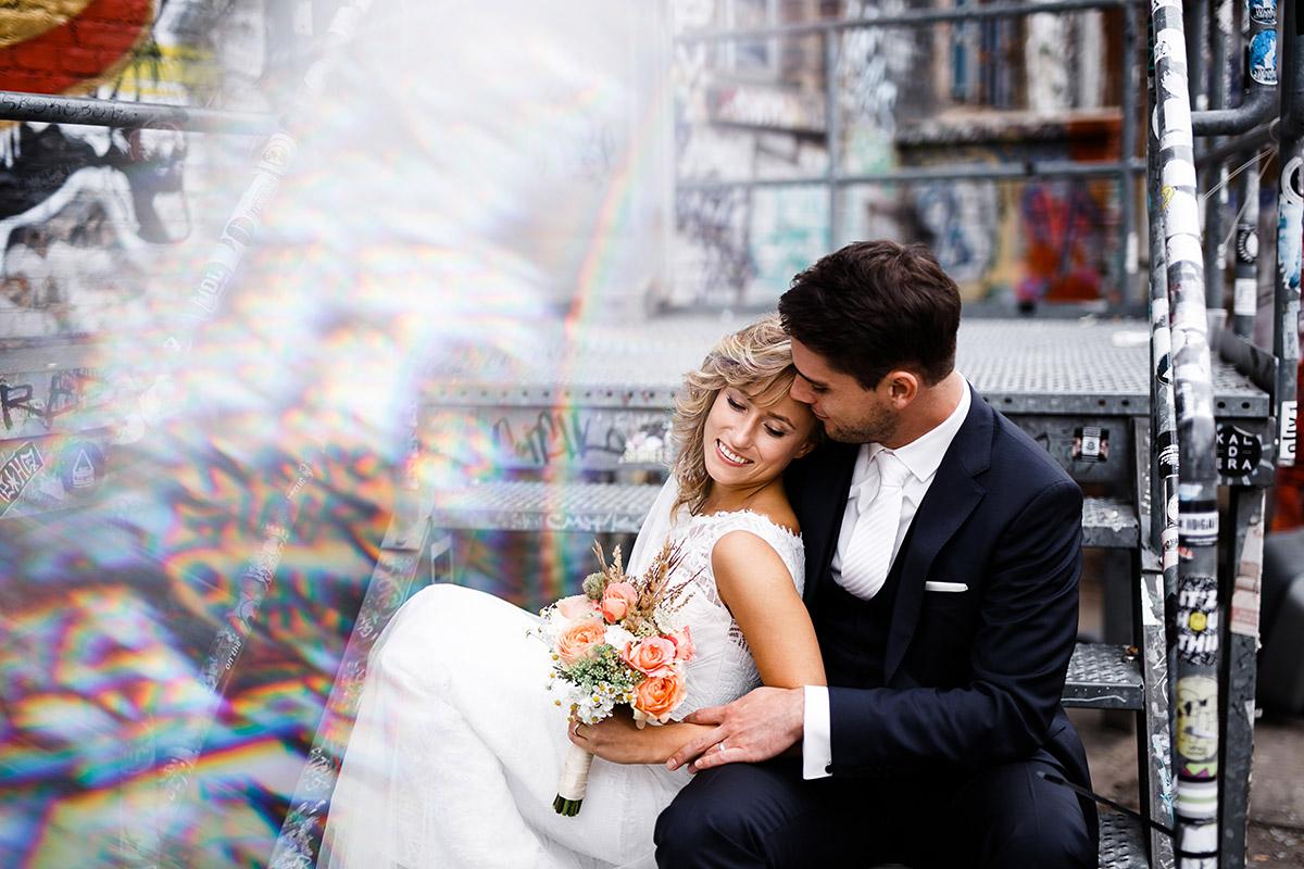 romantisches Hochzeitsfoto an urbaner Location - Berlin Friedrichshain Hochzeitsfotograf © www.hochzeitslicht.de