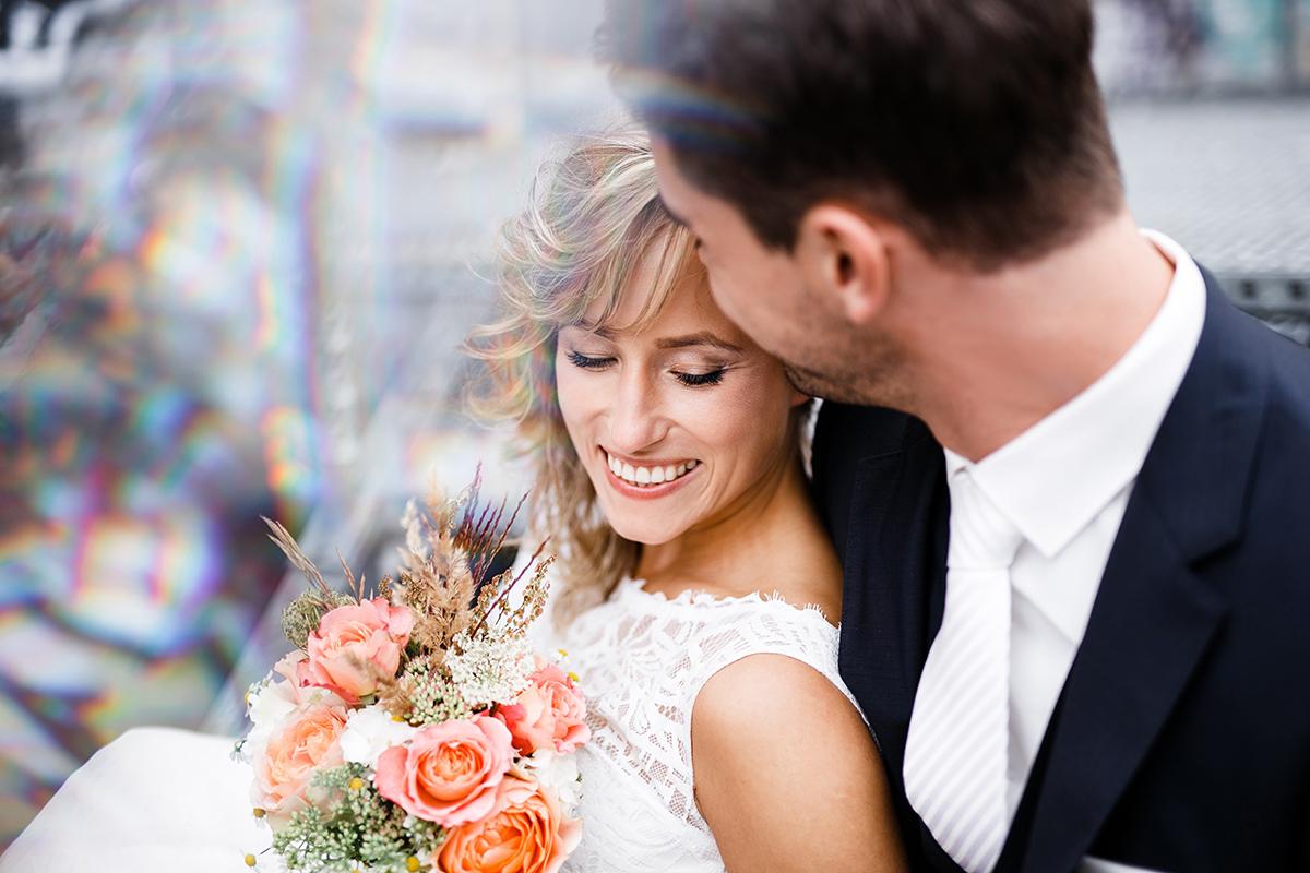 romantisches Brautpaarfoto an urbaner Location - Berlin Friedrichshain Hochzeitsfotograf © www.hochzeitslicht.de