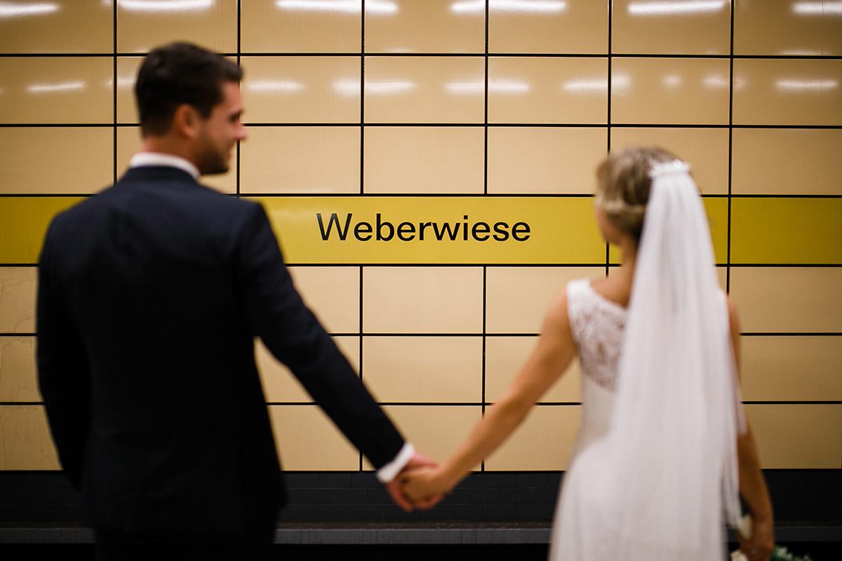 Brautpaarfoto im U-Bahnhof Weberwiese - Berlin Friedrichshain Hochzeitsfotograf © www.hochzeitslicht.de