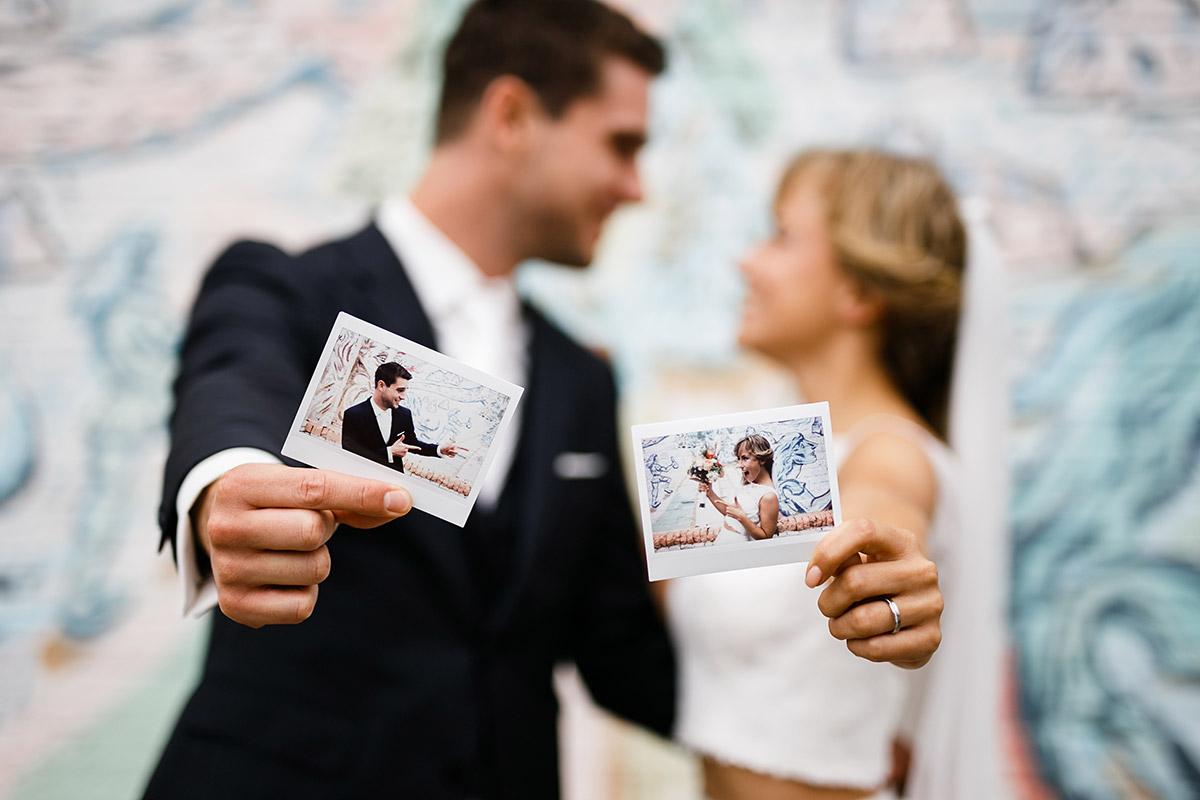 kreatives Brautpaarfoto mit Polaroidfotos - Berlin Friedrichshain Hochzeitsfotograf © www.hochzeitslicht.de