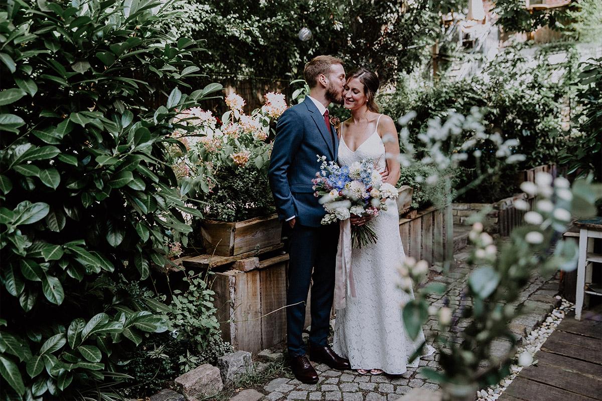 Hochzeitsfoto von Brautpaar im Garten - Alte Schmiede Old Smithy's Dizzle Hochzeitsfotograf © www.hochzeitslicht.de