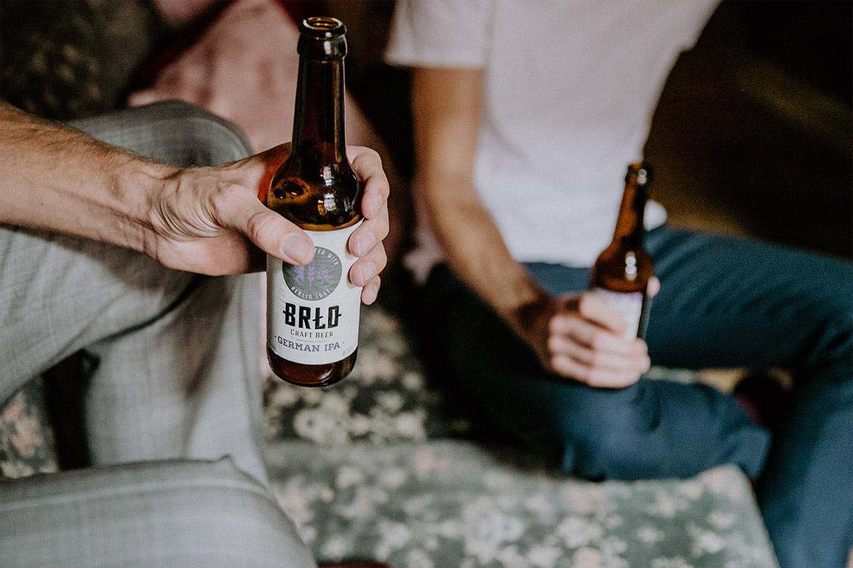 Hochzeitsvorbereitungen von Bräutigam mit Best Man mit Craft Beer Brlo - Alte Schmiede Old Smithy's Dizzle Hochzeitsfotograf © www.hochzeitslicht.de