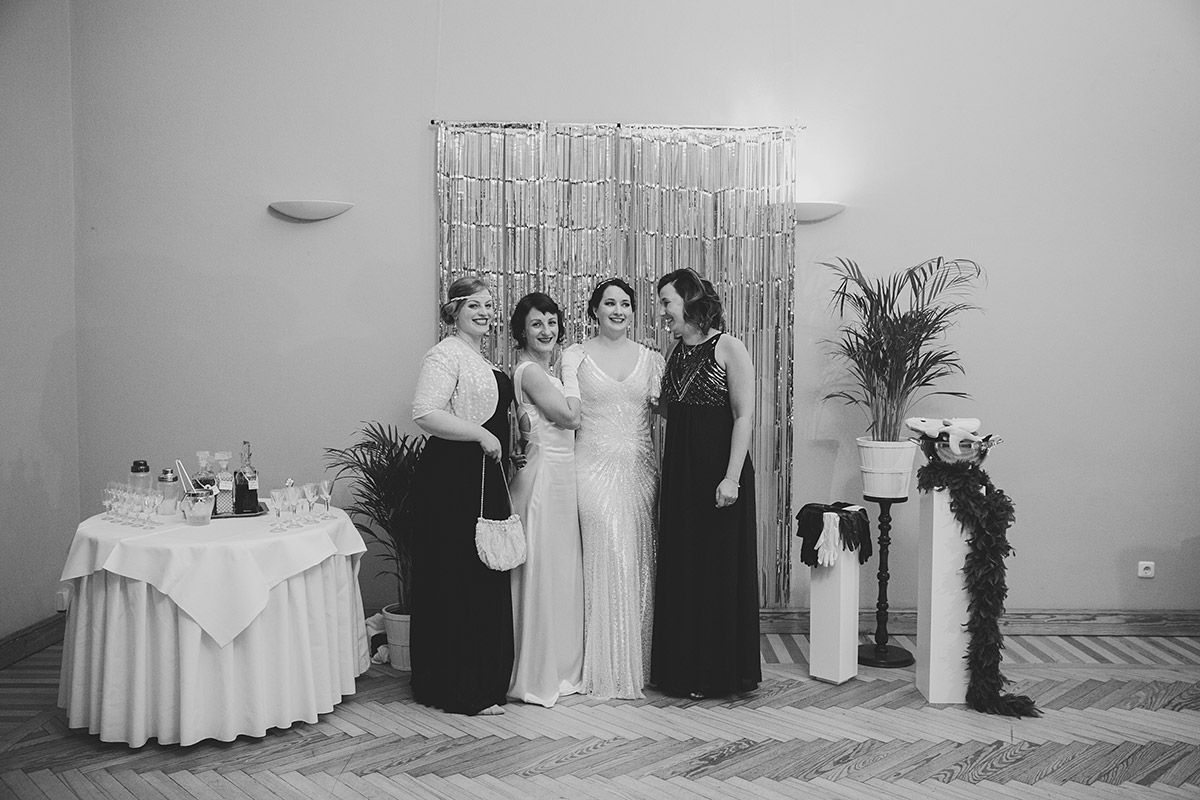 Gruppenfoto mit Braut bei Art Deco Hochzeit - Schloss Kröchlendorff Hochzeitsfotograf © www.hochzeitslicht.de