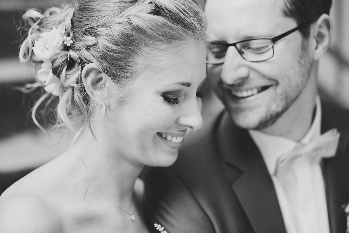 schwarz-weiß Brautpaarfoto bei natürlich eleganter Berlinhochzeit - Berlin Hochzeitsfotograf © www.hochzeitslicht.de