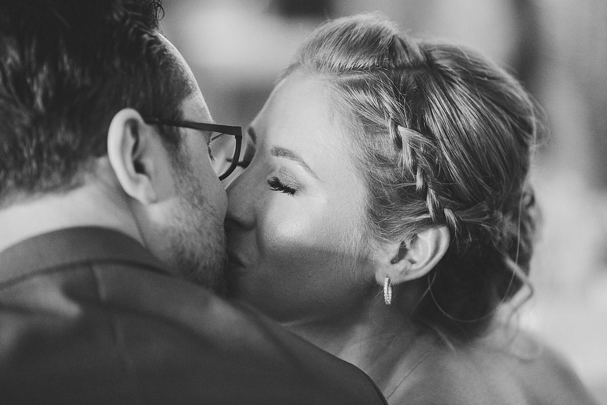 romantischer Kuss von Brautpaar - Berlin Hochzeitsfotograf © www.hochzeitslicht.de