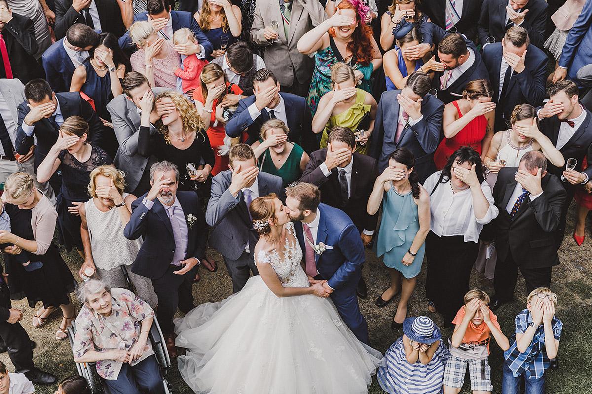 lustiges Gruppenfoto mit zugehaltenen Gesichtern - Landgut Stober Hochzeitsfotograf © www.hochzeitslicht.de