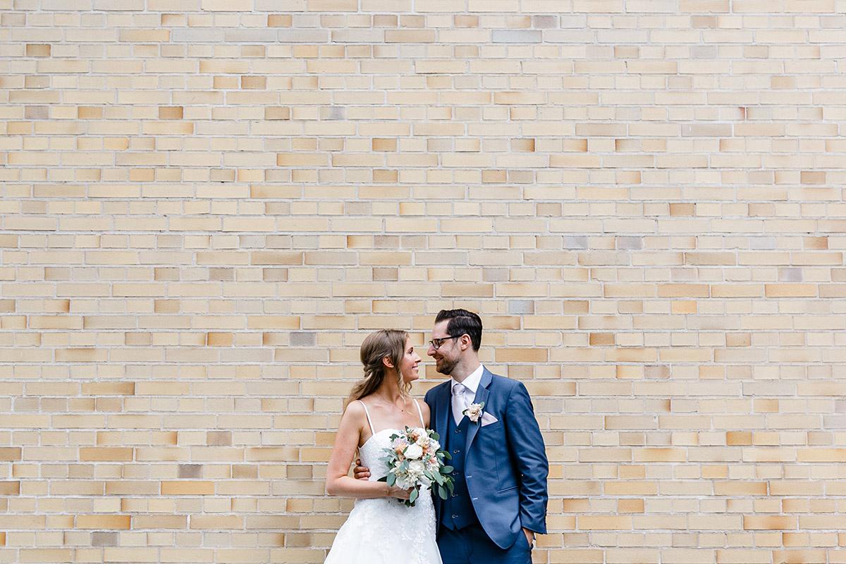 Brautpaarfoto vor Backsteinmauer bei Berlinhochzeit - Berlin Hochzeitsfotograf © www.hochzeitslicht.de