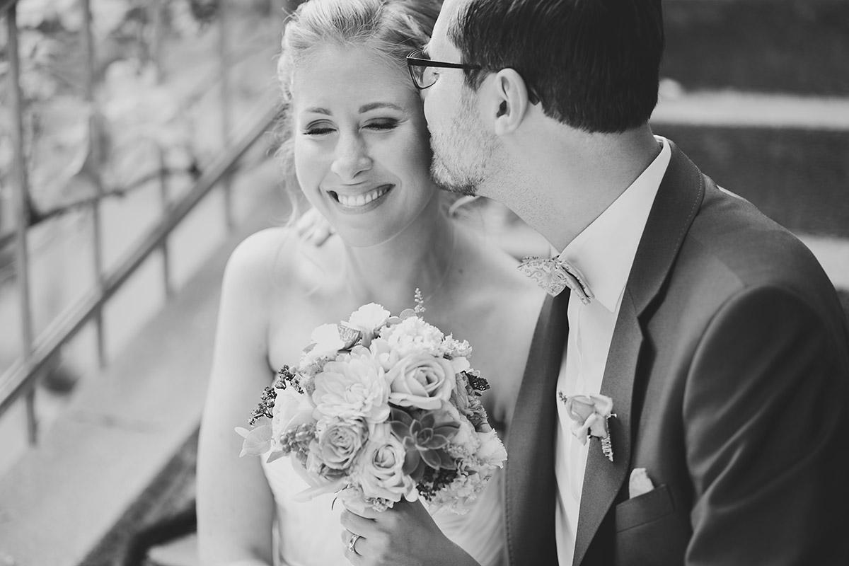 Brautpaarfoto in Schwarz Weiß auf Treppe - Berlin Hochzeitsfotograf © www.hochzeitslicht.de