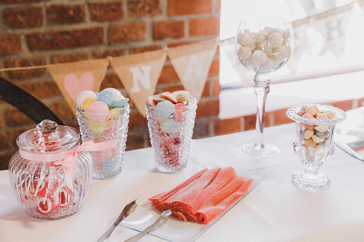Retro-Candybar in Pastelltönen bei Landhochzeit - Landgut Stober Hochzeitsfotograf © www.hochzeitslicht.de